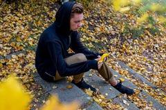 Individuo deprimido que camina en parque Fotografía de archivo libre de regalías