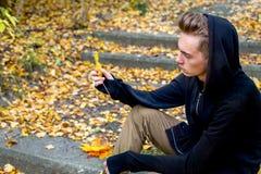 Individuo deprimido que camina en parque Foto de archivo libre de regalías