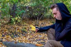 Individuo deprimido que camina en parque Imágenes de archivo libres de regalías