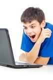 Individuo divertido con una computadora portátil imagen de archivo