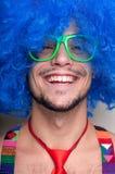 Individuo divertido descubierto con la peluca azul y el lazo rojo Fotos de archivo libres de regalías