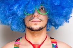 Individuo divertido descubierto con la peluca azul y el lazo rojo Fotografía de archivo