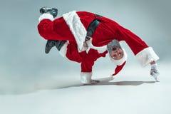 Individuo divertido en sombrero de la Navidad Día de fiesta del Año Nuevo La Navidad, Navidad, invierno, concepto de los regalos imágenes de archivo libres de regalías