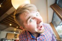 Individuo divertido que hace caras en la cámara que celebra día de los tontos Foto de archivo libre de regalías