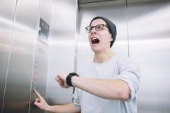 Individuo elegante joven que se coloca en elevador fotos de archivo libres de regalías