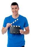 Individuo elegante que sostiene clapperboard Imagenes de archivo