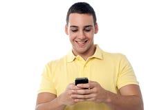 Individuo elegante que usa el teléfono móvil Imágenes de archivo libres de regalías