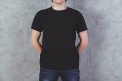 Individuo en camiseta negra Fotografía de archivo libre de regalías