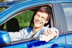 Individuo en coche con el carné de conducir Imagenes de archivo