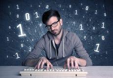 Individuo en línea del friki del intruso que corta códigos Imágenes de archivo libres de regalías