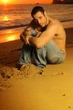 Individuo en la playa Fotos de archivo
