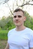 Individuo en la sonrisa blanca de la camiseta Foto de archivo libre de regalías