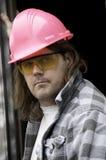 Individuo en sombrero duro rosado fotos de archivo