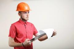 Individuo en un casco protector anaranjado Fotografía de archivo libre de regalías