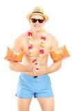 Individuo en un traje de baño con los brazales de la natación imágenes de archivo libres de regalías