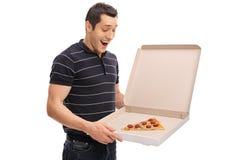 Individuo encantado que mira una rebanada de pizza Fotos de archivo libres de regalías