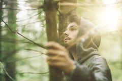 Individuo encapuchado en el bosque Fotos de archivo libres de regalías