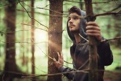 Individuo encapuchado en el bosque Foto de archivo libre de regalías