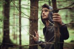 Individuo encapuchado en el bosque Imagen de archivo libre de regalías