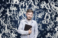 Individuo escéptico con un cuaderno, letras, azules Imagenes de archivo