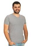 Individuo feliz con la camiseta en blanco Imagen de archivo libre de regalías