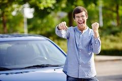 Individuo feliz con llaves del coche Fotografía de archivo