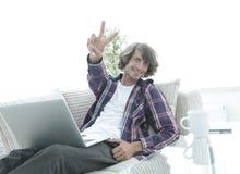 Individuo feliz con un ordenador portátil que muestra un gesto que gana Concepto de éxito fotos de archivo