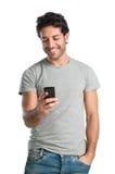 Individuo feliz en el teléfono elegante