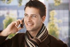 Individuo feliz en llamada móvil Imágenes de archivo libres de regalías