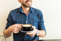 Individuo feliz que bebe un poco de café Fotos de archivo libres de regalías