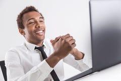 Individuo feliz que usa el ordenador portátil fotos de archivo libres de regalías