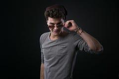 Individuo fresco que ajusta sus gafas de sol Fotos de archivo