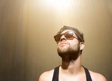 Individuo fresco que presenta con las gafas de sol Imagenes de archivo