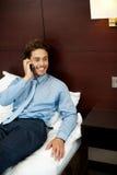 Individuo fresco Relaxed que habla en el teléfono Foto de archivo
