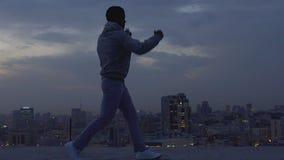 Individuo fuerte y valeroso que supera audaz las dificultades, boxeo de la sombra almacen de video