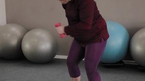 Individuo gordo divertido y pesas de gimnasia almacen de video