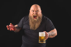Individuo grueso borracho que expresa emociones negativas Imagen de archivo