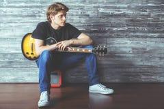 Individuo hermoso con la guitarra eléctrica Fotos de archivo libres de regalías