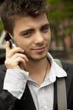 Individuo hermoso con un teléfono celular Fotos de archivo