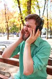 Individuo hermoso divertido con los auriculares en la naturaleza Fotografía de archivo