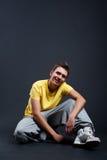 Individuo hermoso en camiseta amarilla Foto de archivo libre de regalías
