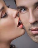 Individuo hermoso feliz con su novia sensual Imagen de archivo libre de regalías