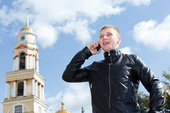 Individuo hermoso joven que llama por el teléfono móvil Fotos de archivo libres de regalías