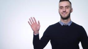 Individuo hermoso que agita su mano y movimientos en la cámara almacen de video