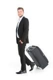 Individuo hermoso que camina con equipaje y la sonrisa Fotografía de archivo