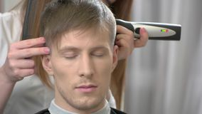 Individuo hermoso que consigue corte de pelo almacen de metraje de vídeo