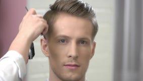 Individuo hermoso que consigue un corte de pelo almacen de metraje de vídeo