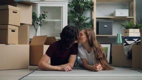 Individuo hermoso que da llaves a la esposa feliz entonces que la besa después de la relocalización almacen de metraje de vídeo