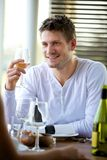 Individuo hermoso que sostiene un vidrio de vino Fotos de archivo