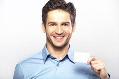 Individuo hermoso sonriente con la tarjeta de visita Fotos de archivo